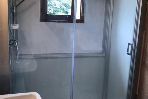 Receveur extra-plat de 3 cm, porte coulissante et colonne de douche.