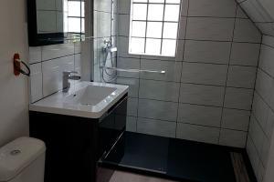 Remplacement de baignoire par une douche, pose revêtement de sol (dalles PVC) et faïence murale.